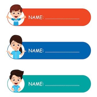 Schattige jongen jongen en meisje kleurrijke naamplaatjes voor schoolkinderen geïsoleerd op witte achtergrond