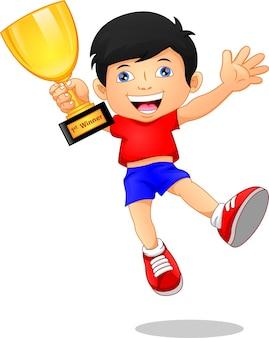 Schattige jongen met gouden trofee
