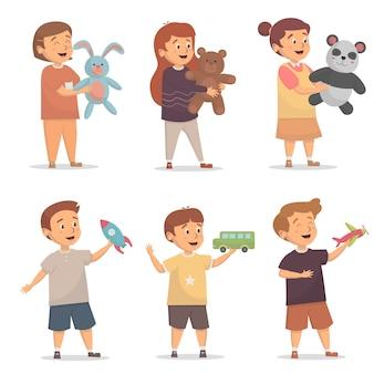 Schattige kinderen met verschillende speelgoed en poppen