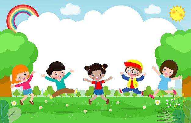 Schattige kinderen spelen bij abstracte aard, gelukkige kinderen springen en dansen op het park