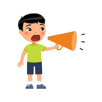 Schattige kleine aziatische jongen schreeuwen in megafoon.