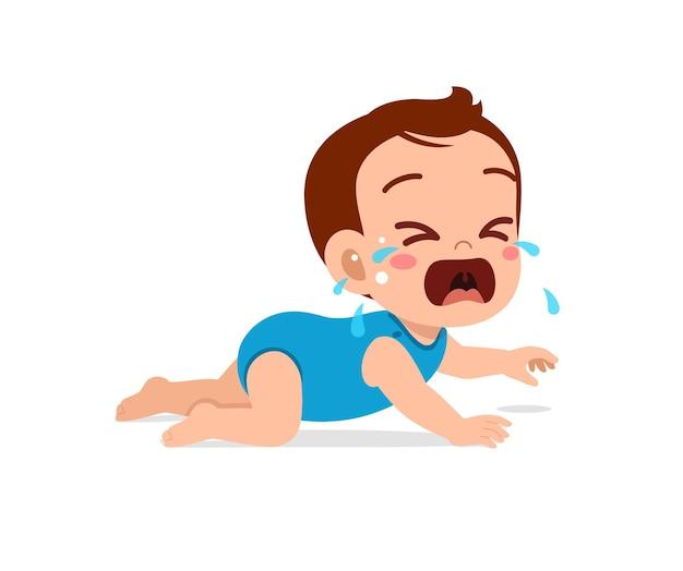 Schattige kleine babyjongen toont droevige uitdrukking en huilt