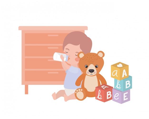 Schattige kleine jongen baby spelen met speelgoed karakter