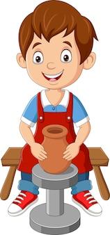 Schattige kleine jongen die aardewerk kleipot maakt