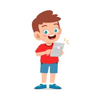 Schattige kleine jongen die smartphone en internet gebruikt