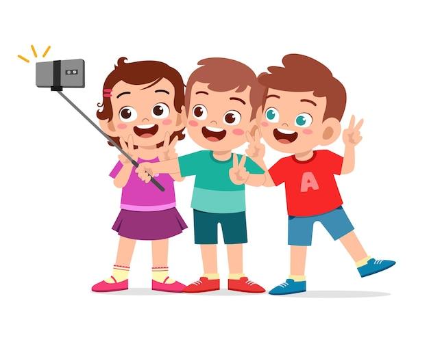 Schattige kleine jongen en meisje nemen selfie samen illustratie
