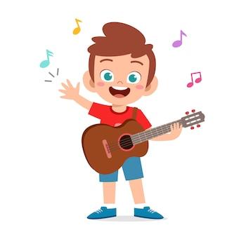 Schattige kleine jongen gitaar spelen in overleg