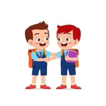 Schattige kleine jongen jongen hand schudden met zijn vriend