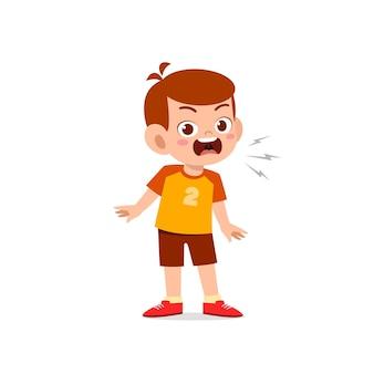 Schattige kleine jongen jongen staan en boze pose uitdrukking te tonen