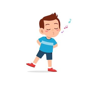 Schattige kleine jongen jongen staan en fluiten met mond