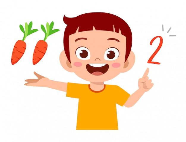 Schattige kleine jongen jongen studie wiskunde aantal tellen groente