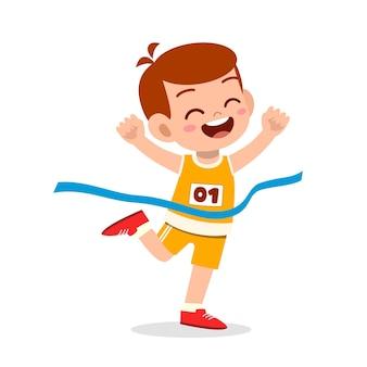 Schattige kleine jongen loopt in marathonrace en wint