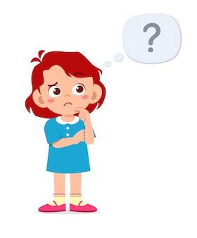 Schattige kleine jongen meisje denk met vraagteken