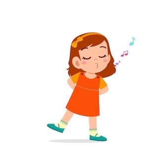 Schattige kleine jongen meisje staan ?? en fluiten met de mond