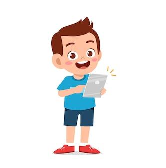 Schattige kleine jongen met behulp van smartphone en internet