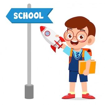 Schattige kleine jongen met school bestuur