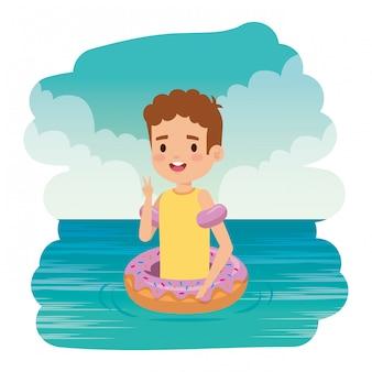 Schattige kleine jongen met shirt en donut drijven op de zee