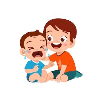 Schattige kleine jongen probeert huilende broertje te troosten