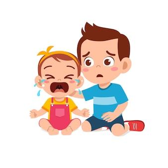 Schattige kleine jongen probeert huilende zusje te troosten