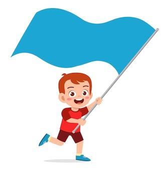 Schattige kleine jongen rennen en vlag vasthouden