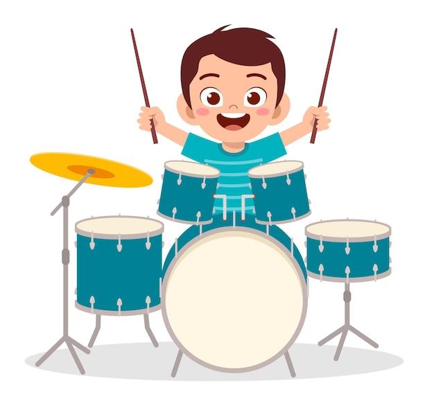 Schattige kleine jongen speelt trommel in overleg