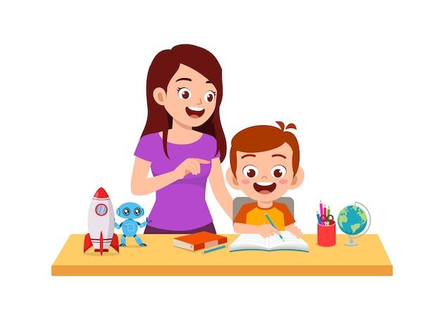 Schattige kleine jongen studeren samen met moeder thuis
