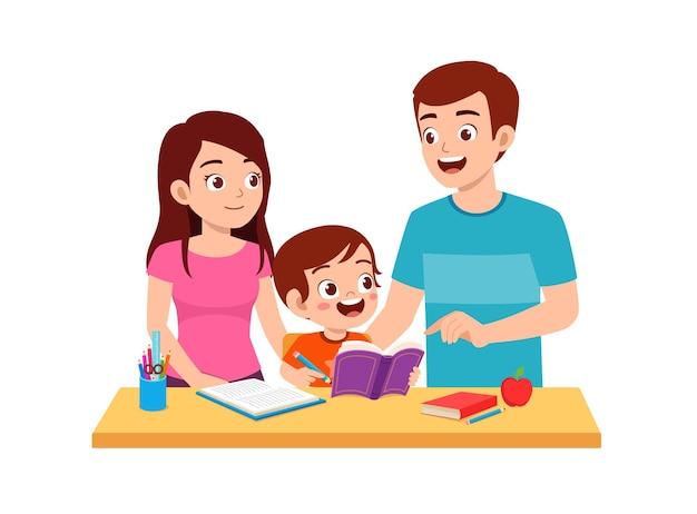 Schattige kleine jongen studeren samen met vader en moeder thuis