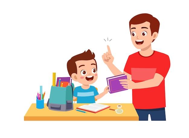 Schattige kleine jongen studeren samen met vader thuis