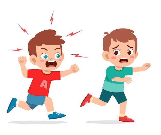 Schattige kleine jongen wordt boos en jaagt bange vriend achterna