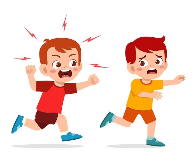 Schattige kleine jongen wordt boos en jaagt op een bange vriend
