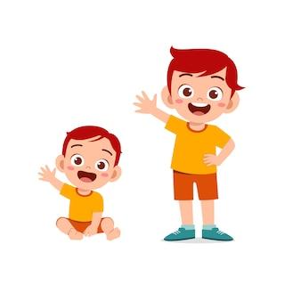 Schattige kleine jongen zeg hallo met jonge broer