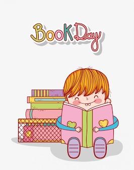 Schattige kleine jongen zitten met open boek en gestapelde boeken