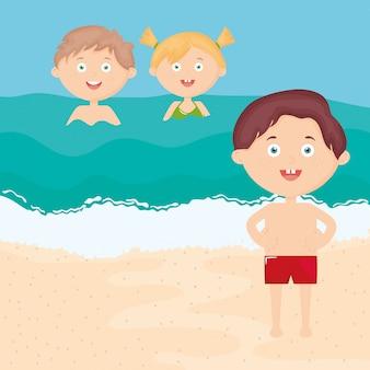 Schattige kleine kinderen met zwembroek op het strand tekens