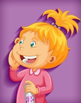 Schattige kleine meisje glimlach stripfiguur geïsoleerd op paarse achtergrond