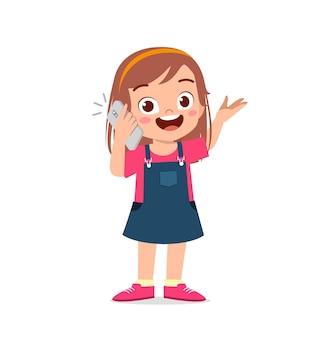 Schattige kleine meisje praten met behulp van mobiele telefoon