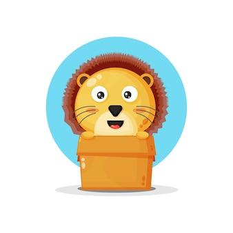 Schattige leeuw in de doos geïsoleerd op blauw