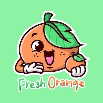 Schattige oranje cartoon mascot er zo gelukkig uit ziet met een sinaasappel fruit