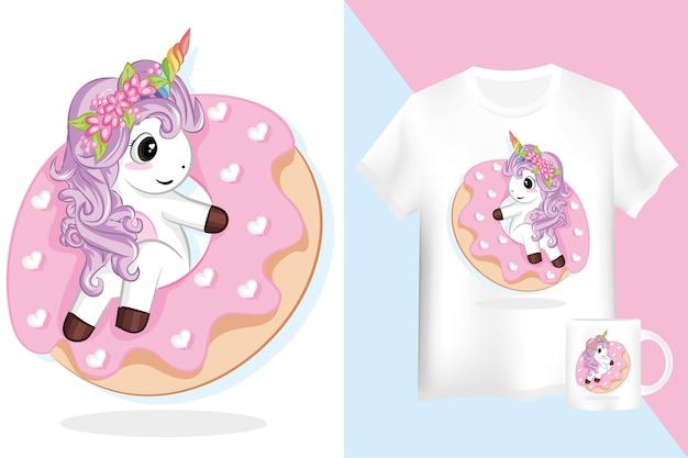 Schattige paarse eenhoorn met roze donuts. mock up shirt en mok met eenhoorn stripfiguur.