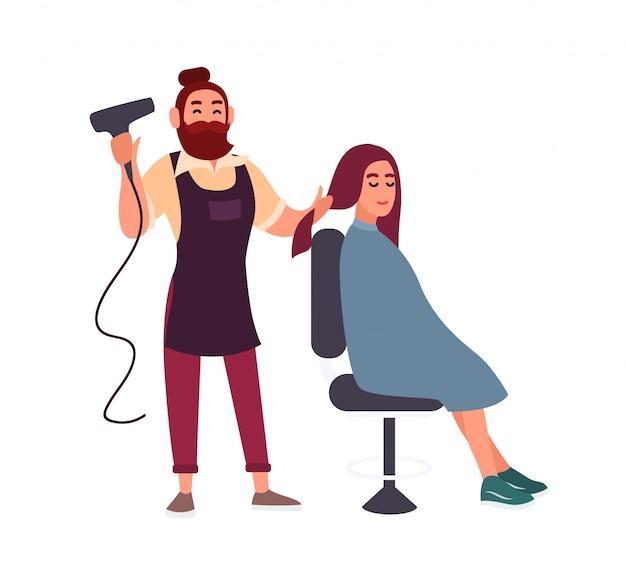 Schattige vriendelijke bebaarde mannelijke kapper föhnen met haardroger haar van zijn glimlachende vrouwelijke cliënt