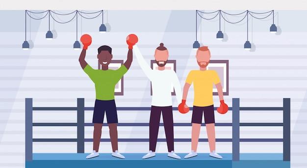 Scheidsrechter aankondiging winnaar na bokswedstrijd afro-amerikaanse bokser opgeheven handen vechter vieren gevecht overwinning boksring arena interieur stripfiguren volledige lengte