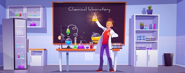 Scheikundige met kolf in wetenschappelijk laboratorium
