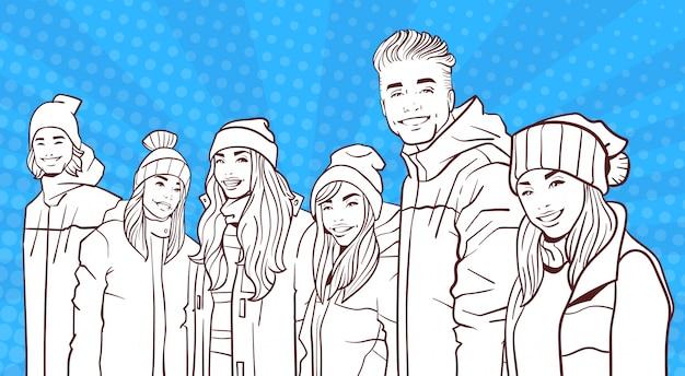 Schets lachende groep jonge mensen dragen winterjassen en hoeden over kleurrijke retro stijl achtergrond
