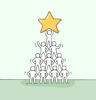 Schets van piramide met werkende kleine mensen. hand getekend cartoon afbeelding