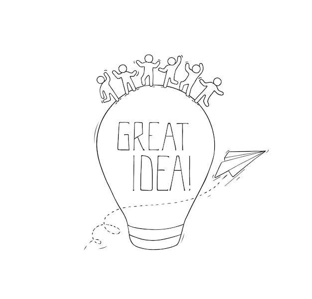 Schets van werkende kleine creatieve mensen. doodle schattige miniatuurscène over geweldig idee. Premium Vector