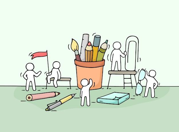 Schets van werkende kleine mensen met kantoorbenodigdheden. doodle schattige miniatuurscène van arbeiders met briefpapier. hand getekend