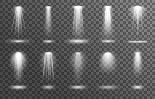Schijnwerpers op transparante achtergrond met realistisch spotlicht en lamp witte stralen