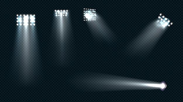 Schijnwerpers, podiumlicht, witte stralen, gloeiende designelementen voor studio-, stadion- of theaterscène.