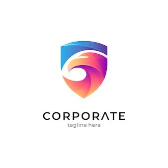 Schild en adelaar creatief logo-ontwerp