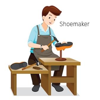 Schoenmaker herstellen man schoenen, hij hameren spijker op schoen hak