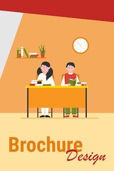 Scholieren in de klas. tiener kinderen zitten aan een bureau en het lezen van boeken platte vectorillustratie. terug naar school, klas, kennisconcept